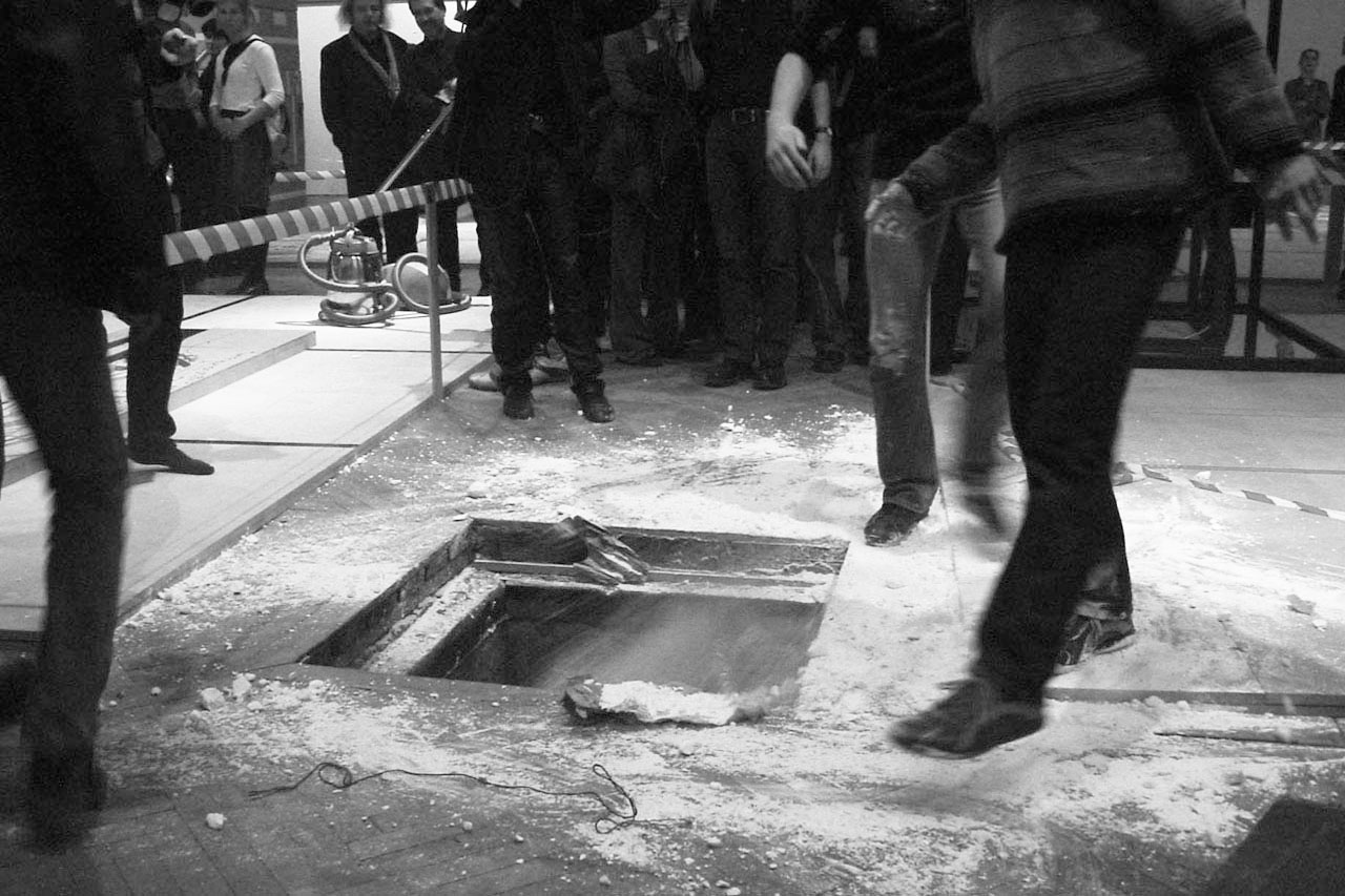"Common Ground – Bodenlos. Performance, 2002. Group exhibition ""mega – Manifeste der Anmaßung"", Künstlerhaus, Vienna (AT). Photo: Assocreation."
