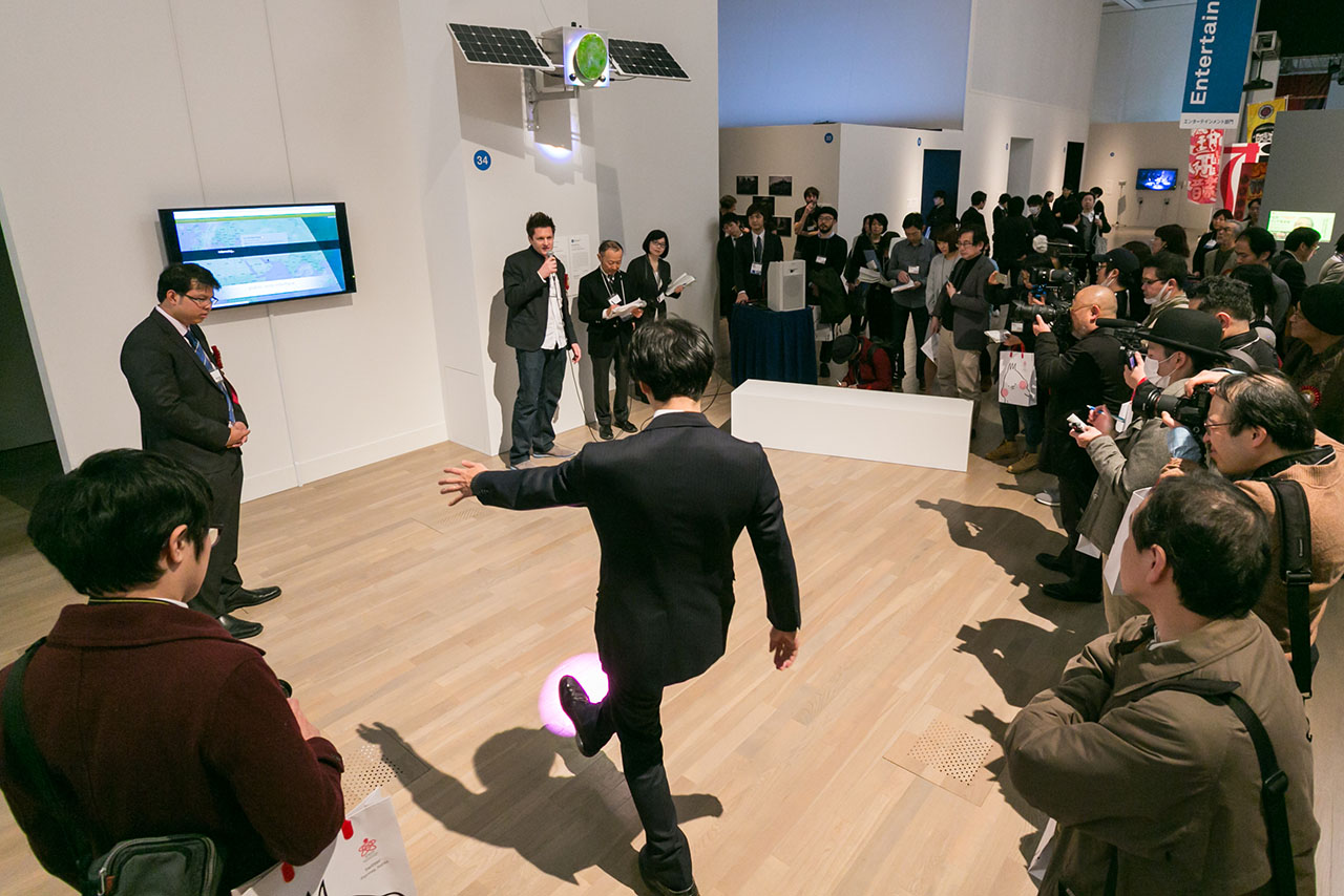 "Solar Pink Pong. Interactive installation 2016. ""19th Japan Media Arts Festival - Exhibition of Award Winning Works"". The National Art Center, Tokyo (Japan). Photo: JMAF."